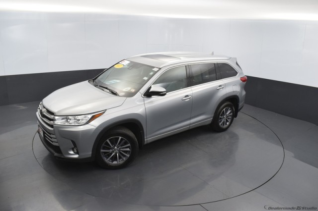 Certified Pre-Owned 2017 Toyota Highlander XLE w/ MOONROOF