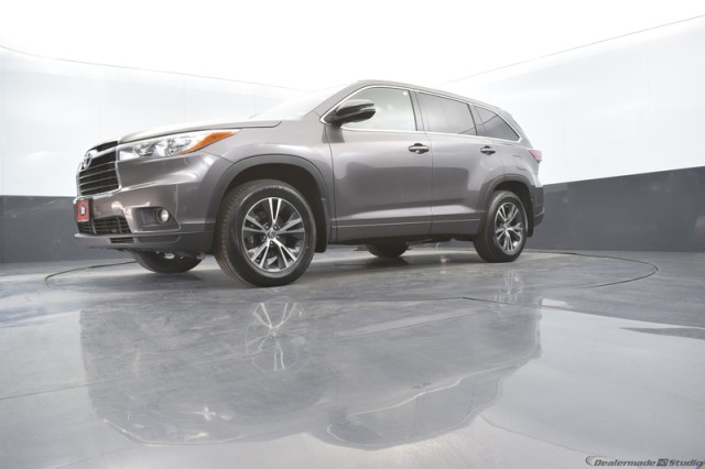 Certified Pre-Owned 2016 Toyota Highlander XLE w/ HEATED SEATS